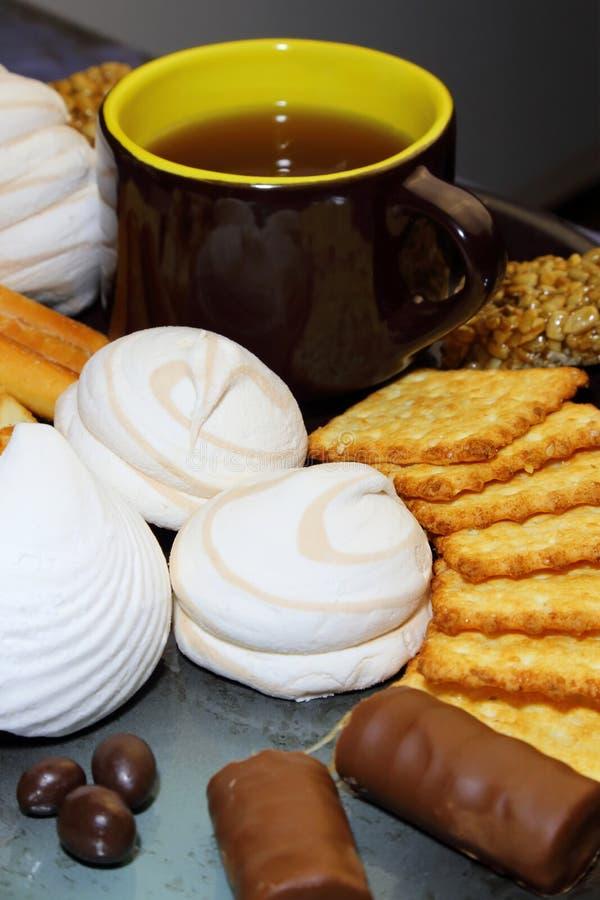 Еда, десерт, чай Различные продукты кондитерскаи: зефиры, шутихи, печенья, вафли, помадки шоколада стоковые изображения