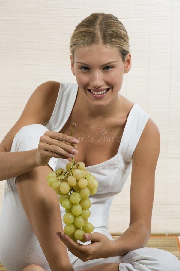 еда детенышей женщины плодоовощ стоковая фотография rf