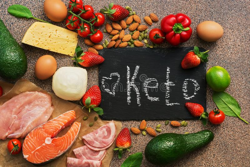 Еда диеты Keto Здоровые низкие продукты карбюраторов Концепция диеты Keto Овощи, рыбы, мясо, гайки, семена, клубники, сыр на кори стоковое изображение