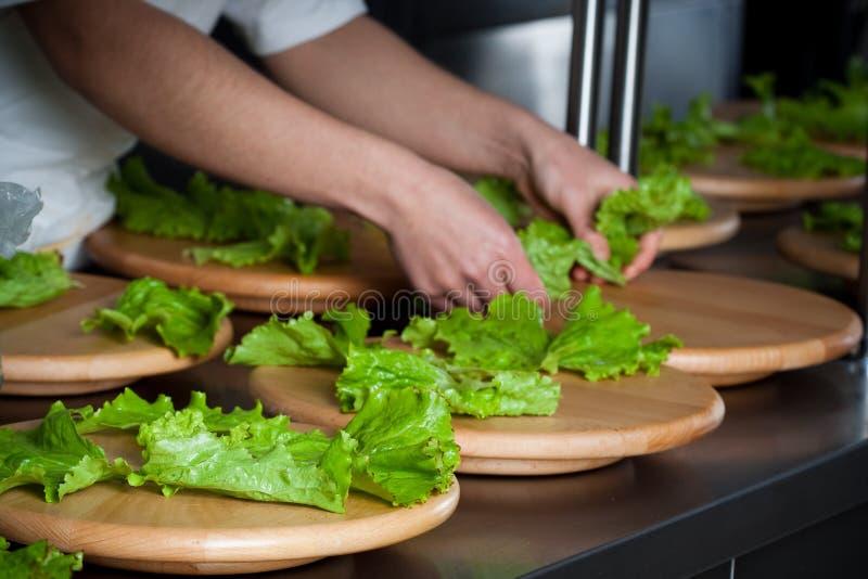 еда доставки с обслуживанием подготовляя салат стоковые фото