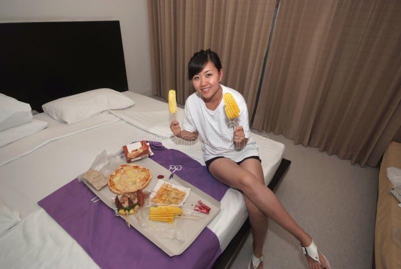 еда еды гостиницы девушки стоковые фотографии rf