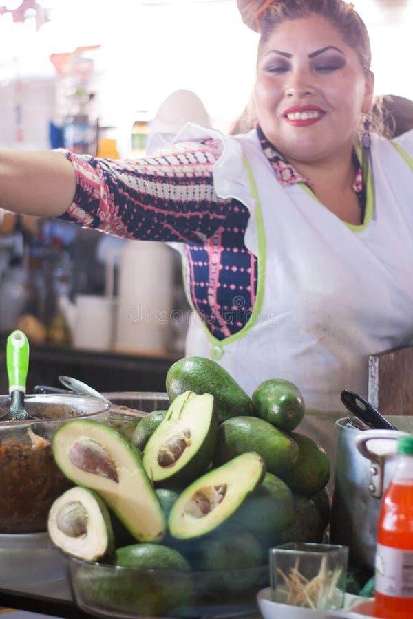 Еда женщины авокадоов Cusco стоковое изображение