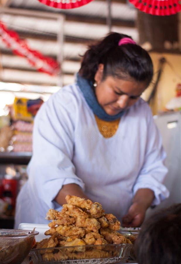 Еда женщины Cusco стоковое фото rf