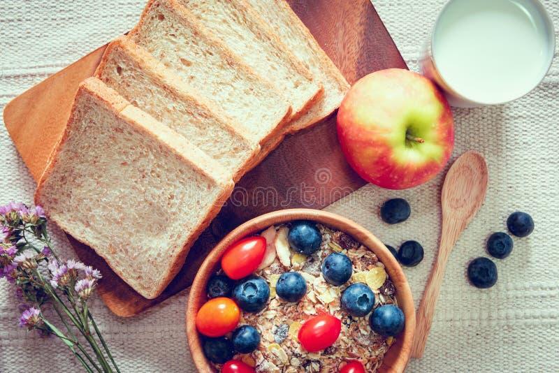 Еда завтрака здоровая вегетарианская с молоком, хлебом, Granola и свежими фруктами на таблице , Очень вкусное меню в утре, диета стоковая фотография