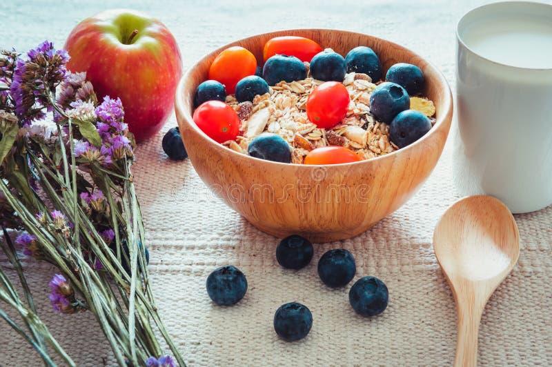 Еда завтрака здоровая вегетарианская с молоком, Granola, Muesli и свежими фруктами на таблице , Еда диеты и концепция здравоохран стоковое фото rf