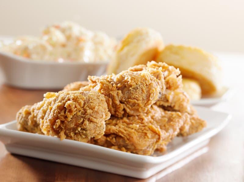 еда зажаренная цыпленком горизонтальная стоковое изображение