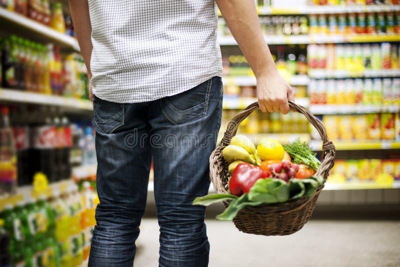 Еда заполненная корзиной здоровая стоковые изображения rf