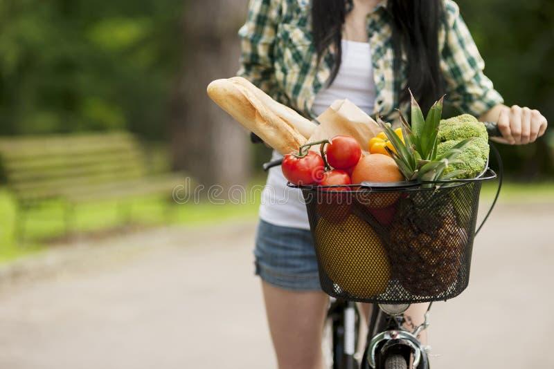 Еда заполненная корзиной здоровая стоковая фотография rf