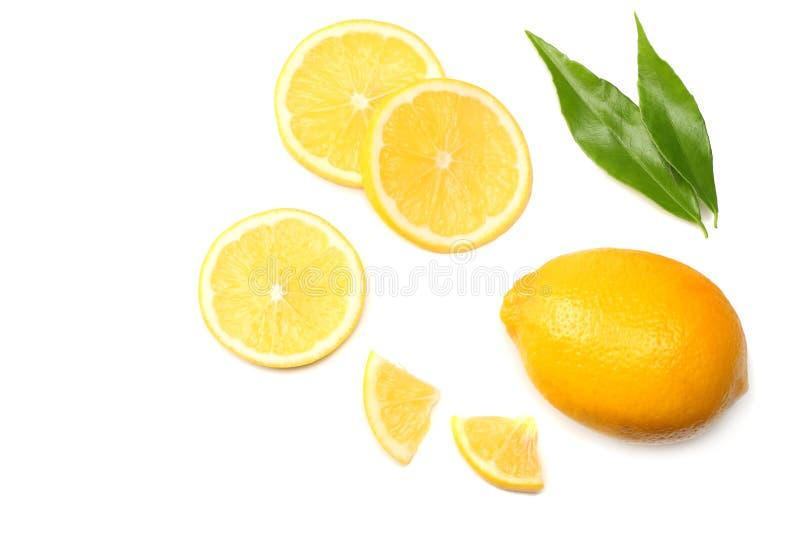 еда здоровая отрезанный лимон при зеленые лист изолированные на белом взгляд сверху предпосылки стоковая фотография
