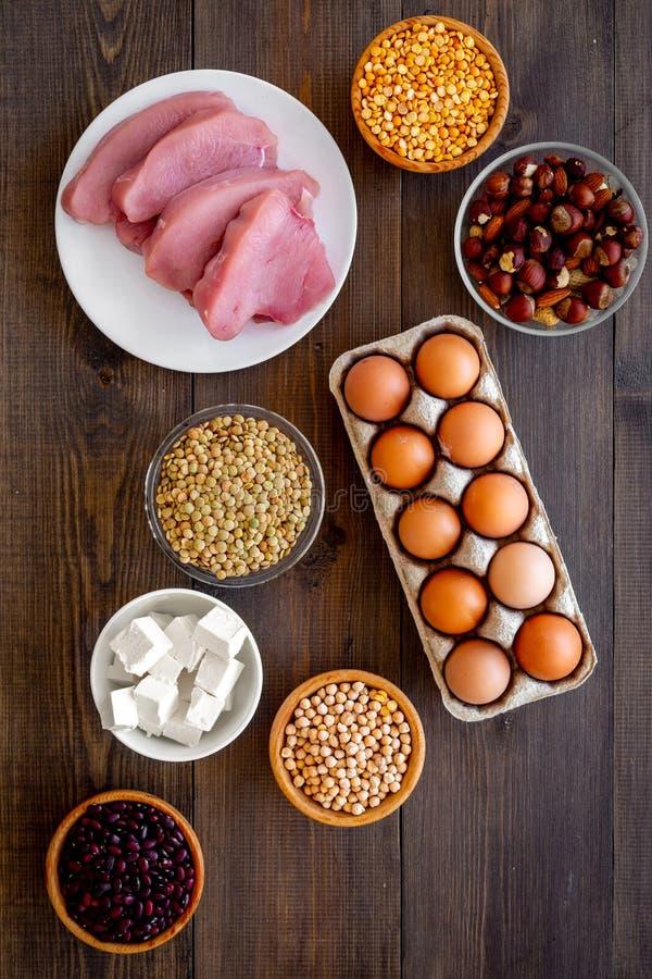 еда здоровая Протеин и волокно продуктов богатые Бобы, гайки, низко-тучный сыр, встреча, яичка Сырцовые фасоли, нуты, чечевица стоковые фотографии rf