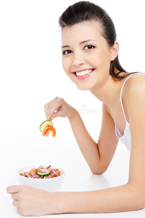 еда здоровых смеясь над детенышей женщины салата стоковая фотография rf