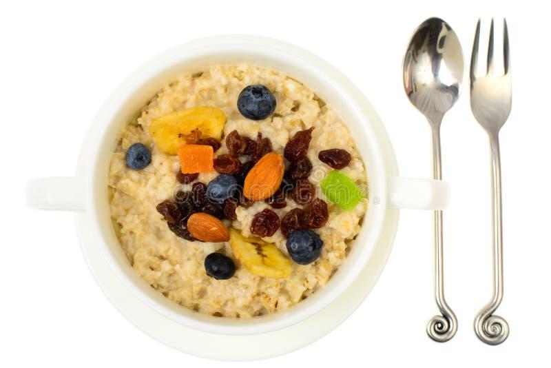 Еда здоровья и фитнеса Каша овсяной каши с ягодами и высушенными плодоовощами стоковая фотография