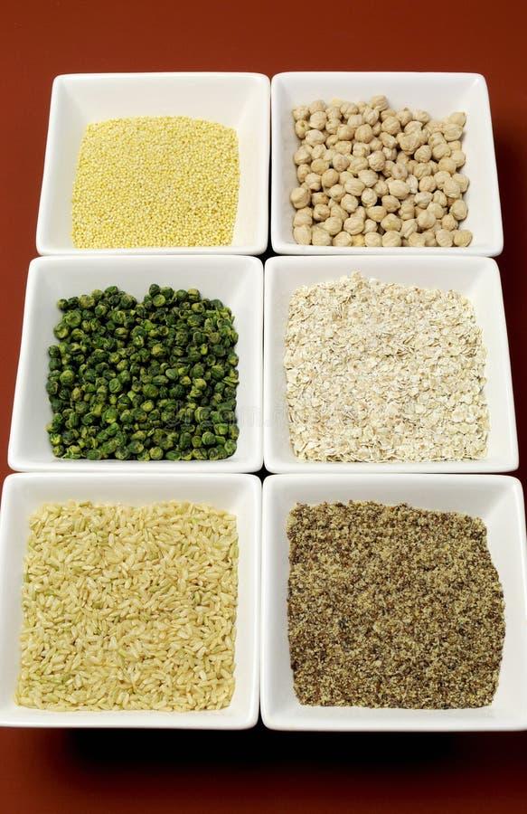 Еда зерен клейковины свободная - коричневый рис, пшено, LSA, хлопья гречихи и нуты и бобовыеые зеленых горохов - вертикаль стоковое изображение rf
