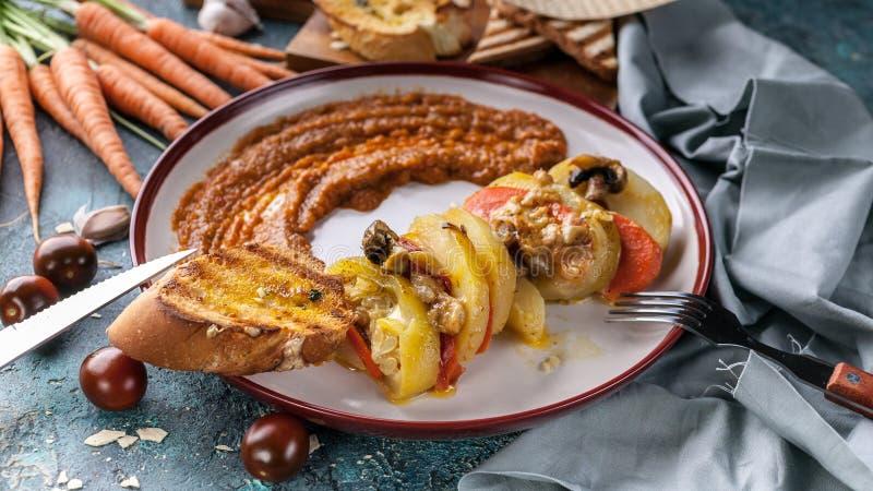 Еда знамени еды вегетарианская Конец-вверх потушил картошки с цукини, морковами, грибами и сыром стоковое изображение rf