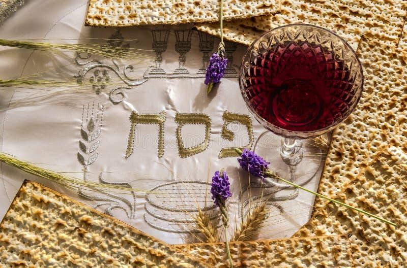 Еда и напиток символизируя еврейский праздник еврейской пасхи стоковое изображение