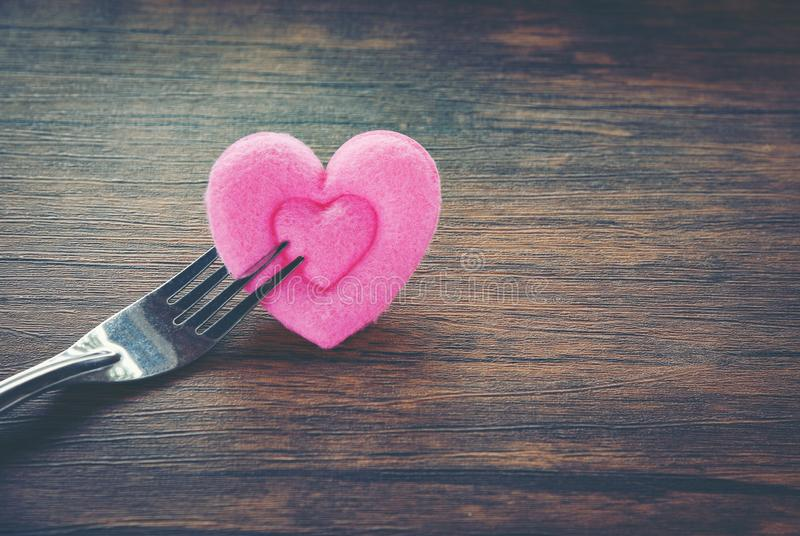 Еда любов обедающего валентинок романтичная и любовь варя сервировку стола концепции романтичную украшенную с вилкой и розовым се стоковое изображение rf