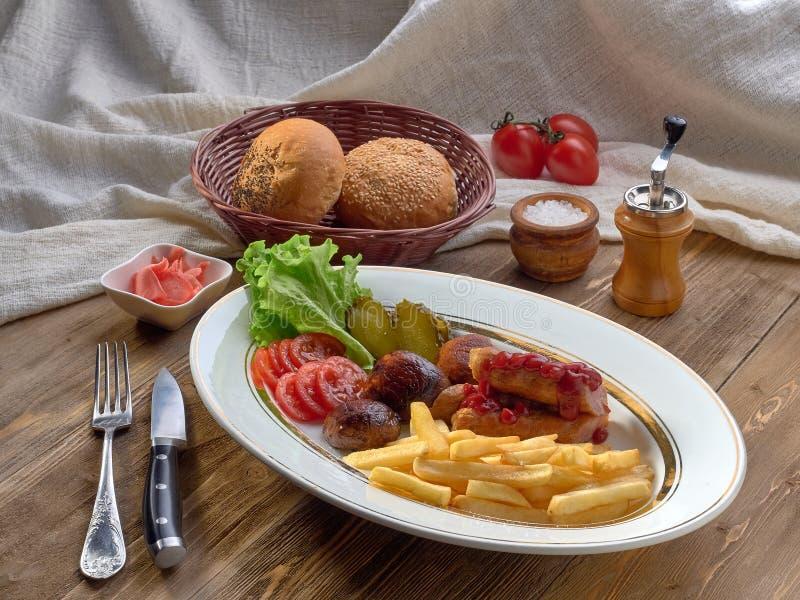 еда, еда, мясо, обедающий, томат, плита, соус, итальянец, блюдо, обед, кухня, базилик, овощ, говядина, сосиска, сваренные фрикаде стоковое изображение