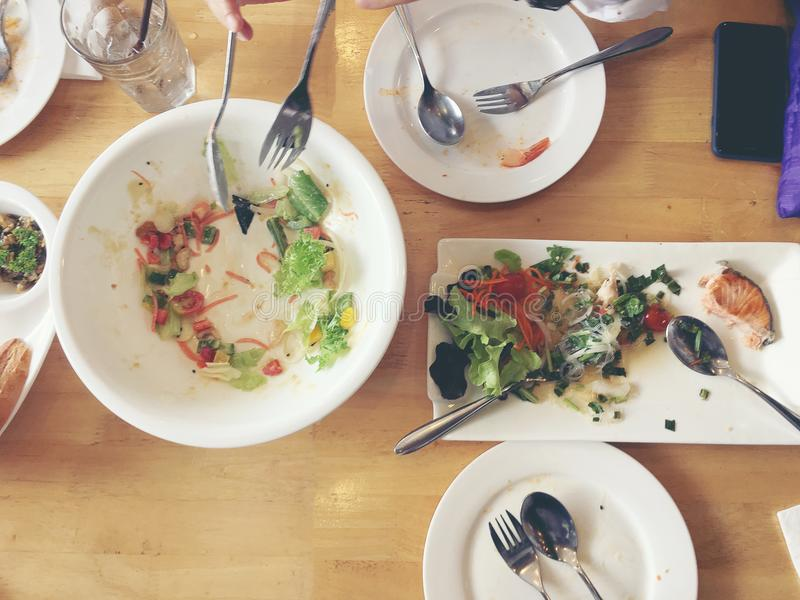 еда наслаждается Взгляд сверху друзей, семья, группа людей имеет есть здоровую еду совместно после вегетарианского whil уроков ку стоковая фотография