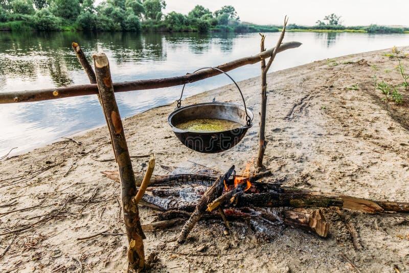 еда подготавливая в котле на лагерном костере на береге реки, polesie, стоковые фотографии rf