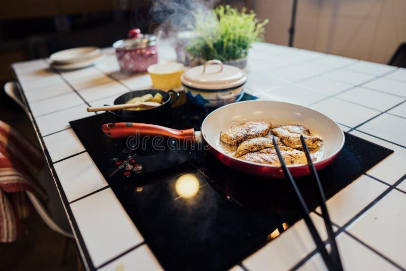 Еда подготовленная на hob индукции, healty dieting концепция Keto, куриная грудка подготовленная с оливковым маслом keetogenic di стоковые фото