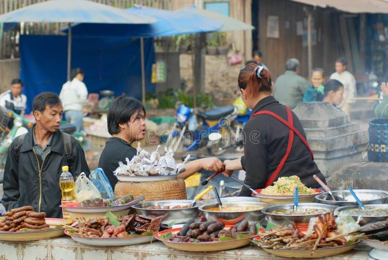 Еда покупки людей на уличном рынке в Luang Prabang, Лаосе стоковая фотография rf