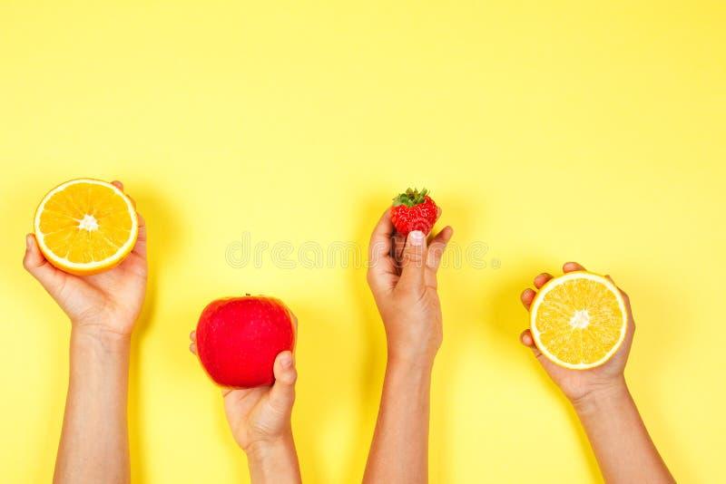 еда принципиальной схемы здоровая Много рук детей с fuits Взгляд сверху стоковое фото rf