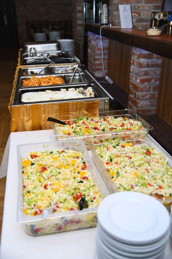 Еда ресторанного обслуживании для wedding или годовщины на таблице шведского стола стоковое фото