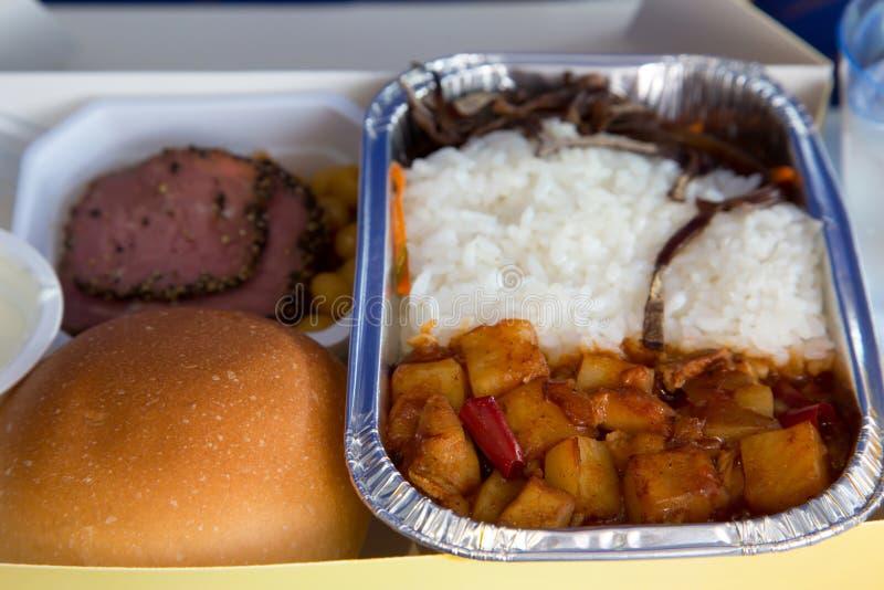 Еда служила в пассажирском самолете во время полета Еда на t стоковая фотография