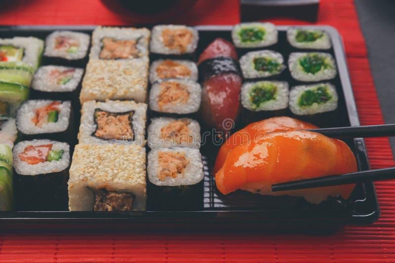 Еда суш и кренов в японском ресторане стоковое изображение rf