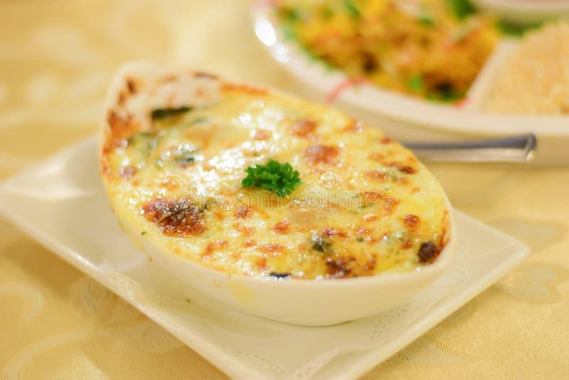 Еда сыра шпината здоровая на таблице мягкого фокуса стоковая фотография rf