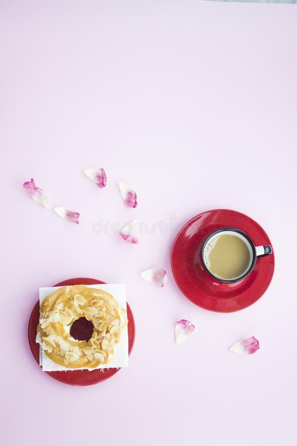 Еда с предпосылкой пинка донута кофе славной стоковая фотография