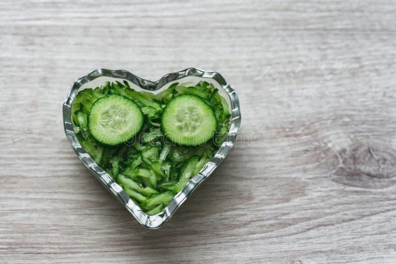 Еда украшений, вегетарианца, естественных и здоровых натюрморта кулинарная заскрежетала и отрезала огурец в кристаллической вазе  стоковое изображение rf