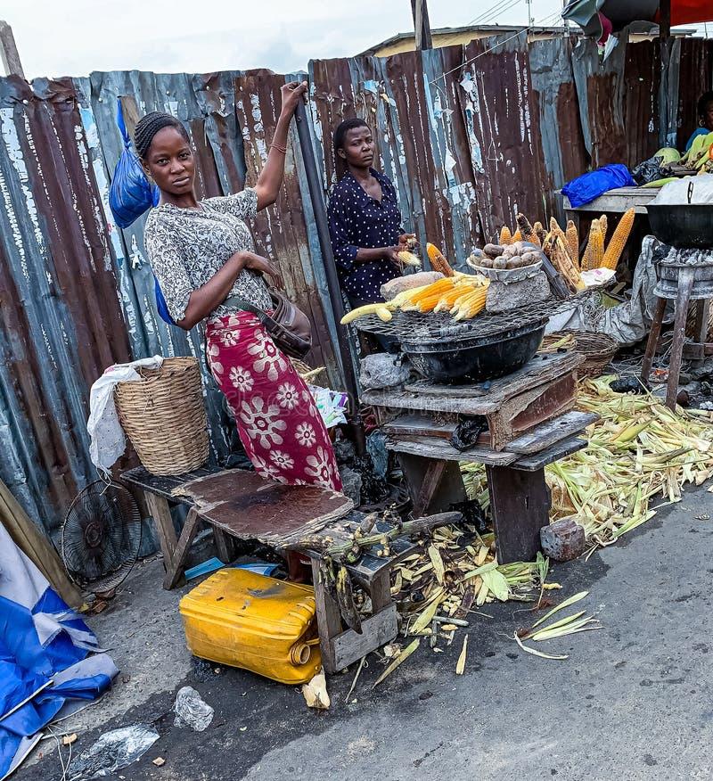 Еда улицы в Лагосе Нигерии; зажаренная в духовке мозоль на улице стоковое изображение rf