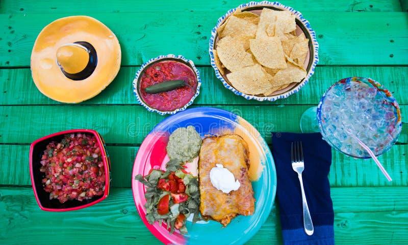 Еда фиесты с маргаритой и обломоками стоковое фото
