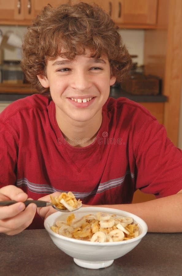 еда хлопьев мальчика счастливая стоковое изображение