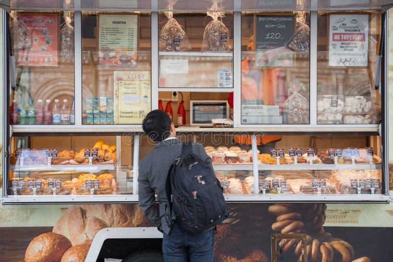 Еда человека покупая на магазине хлеба стоковое изображение