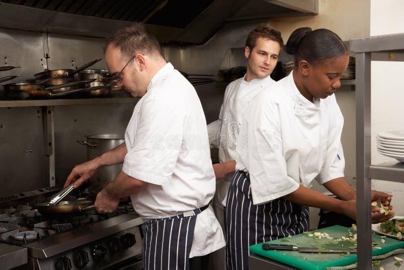 еда шеф-поваров подготовляя команду стоковое фото rf