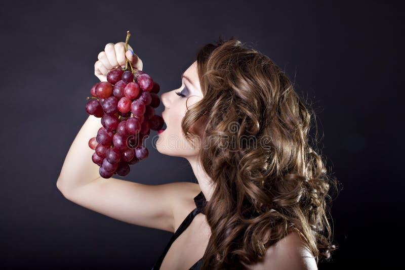 еда шикарной женщины виноградины стоковая фотография rf