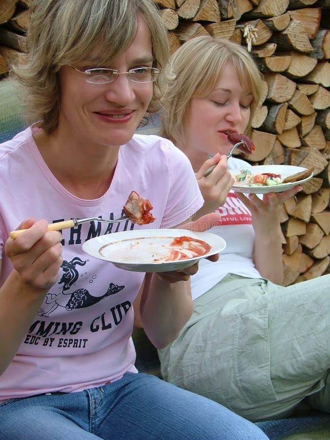 еда 2 женщин стоковые изображения