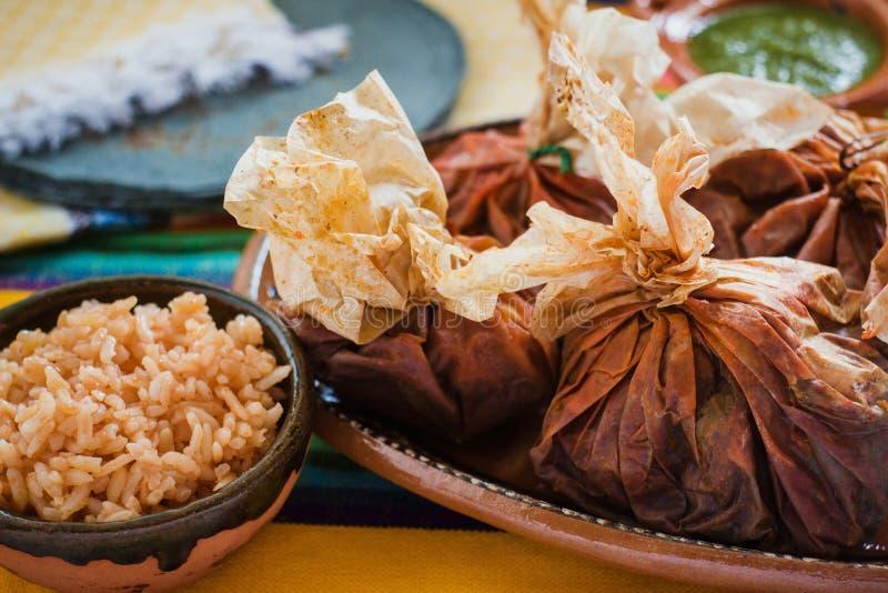 Еда Mixiotes в Мексике, мексиканской говядине или обруче овечки пряных стоковое изображение rf