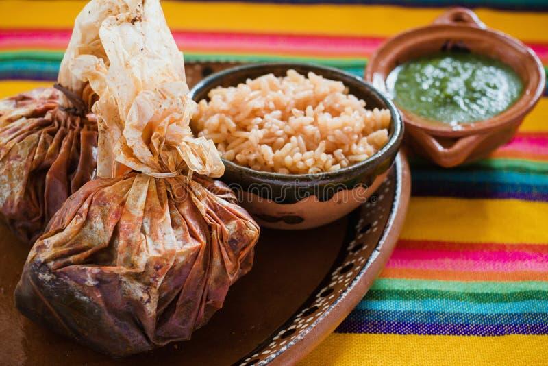 Еда Mixiotes в Мексике, мексиканской говядине или обруче овечки пряных стоковое фото