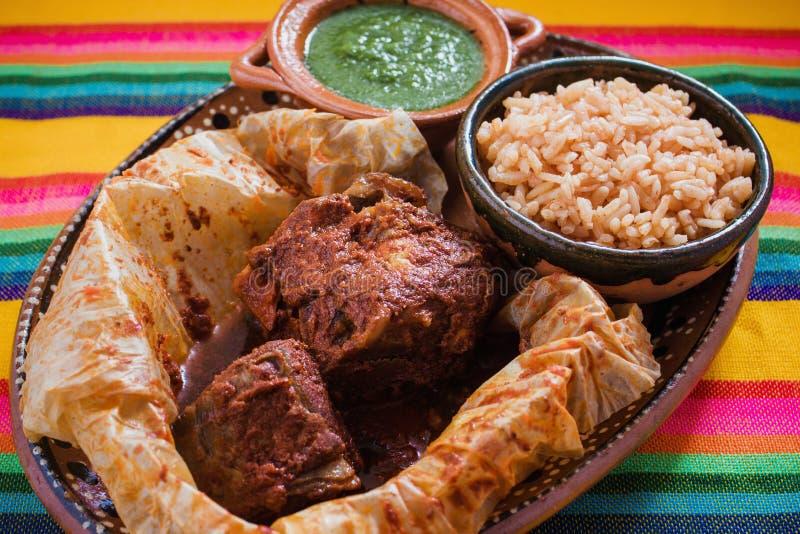Еда Mixiotes в Мексике, мексиканской говядине или обруче овечки пряных стоковые фотографии rf