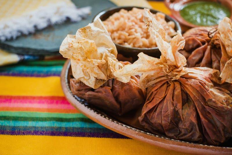 Еда Mixiotes в Мексике, мексиканской говядине или обруче овечки пряных стоковая фотография rf
