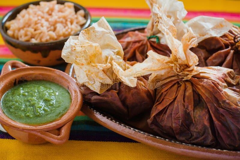 Еда Mixiotes в Мексике, мексиканской говядине или обруче овечки пряных стоковые изображения