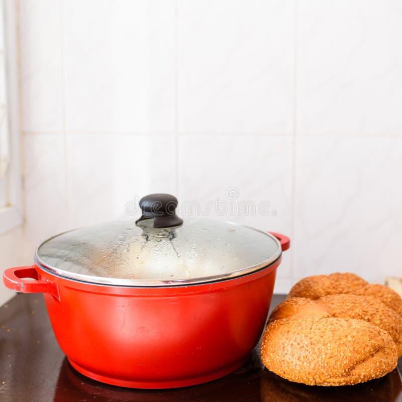 Еда Shabbat или Саббата традиционная на нагревательной плите в кухне стоковая фотография