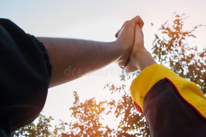 Единство и концепция сыгранности: Запачканный рук студентов группы совместно в классе деятельности на открытом воздухе Взгляд ази стоковые фотографии rf