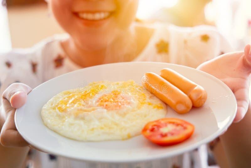 Еды утра показа девушки завтрак простой американский стоковые изображения