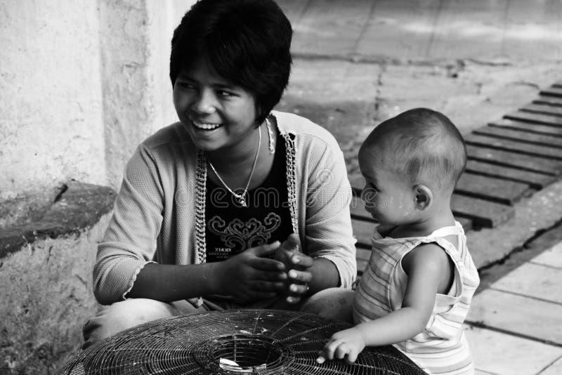 ее детеныши сынка myanmar мати стоковые изображения