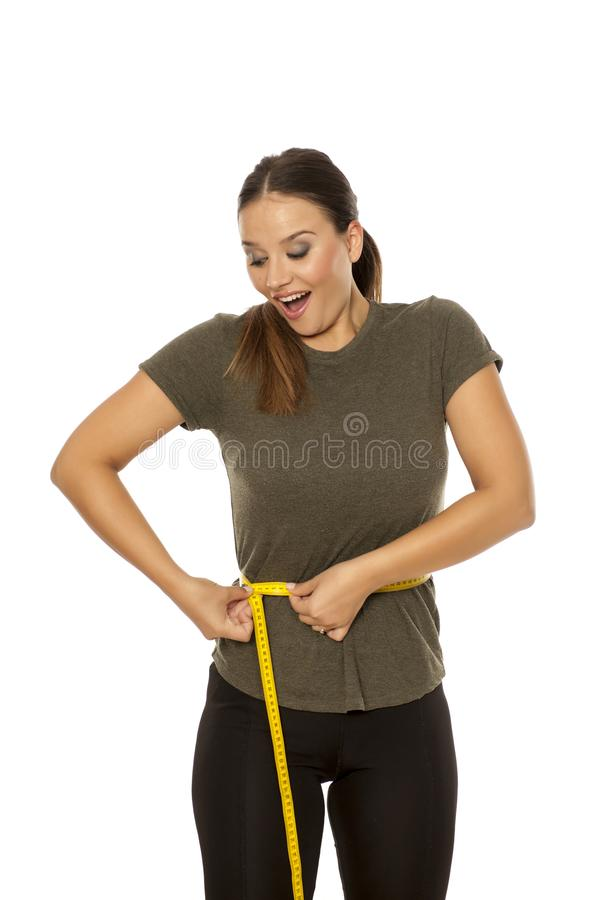 ее измеряя женщина шкафута стоковая фотография rf