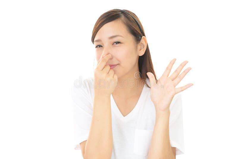 ее нос сжимает женщину стоковое изображение